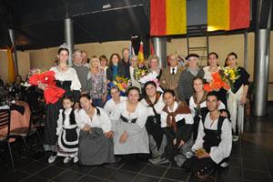 El presidente del Centro junto a las jóvenes del grupo de danzas y socios de la entidad.