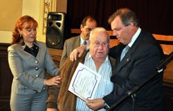 Emocionado hasta las lágrimas, Jorge Torres entrega su diploma a Jose Fandiño.