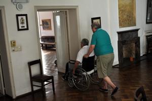 Residentes se dirigen al comedor del Hogar Español de ancianos.