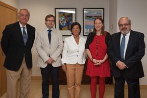 La consejera Leticia Díaz junto con los representantes de la Casa de Cantabria en Madrid.
