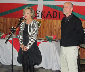Elvira Cortajarena, con el presidente del Centro Vasco Kotoiaren Lurra.
