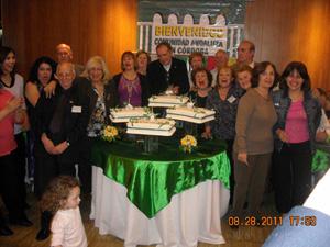 Miembros de la entidad junto a la torta aniversario.