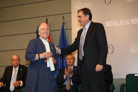 Sor Teresa recibió el galardón de manos del ministro de Trabajo, Valeriano Gómez.
