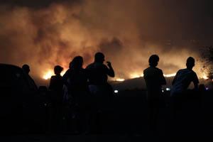 Vecinos de Mijas observan el incendio.