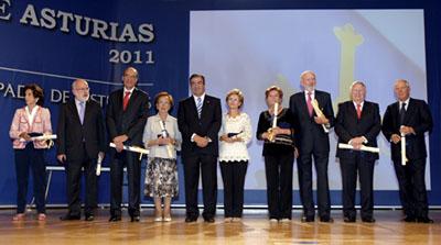 Francisco Álvarez Cascos con los galardonados en el Día de Asturias.