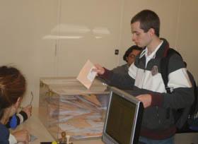 Un joven depositando su voto en el Consulado de Buenos Aires en las pasadas elecciones autonómicas.