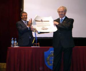 Nespral sostiene el diploma de Hijo Predilecto de Asturias que le entregó Álvarez-Cascos.