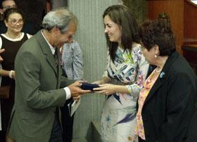 José Pérez Rial recibe el homenaje de manos de la cónsul adjunta, Cristina Elisa Aguilar Jiménez.