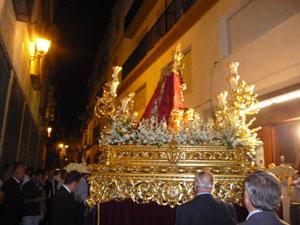 La procesión por las calles de la capital andaluza.