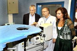 Griñán y la consejera María Jesús Montero observan las instalaciones.