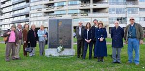 Homenaje en el monolito, con Rosita Lladó a la izquierda del monumento.