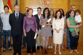 Miguel Cortizo, Ángeles González Varela, viudad de Manuel Ferrol, Enriquete Vieitez, hija de Virigilio Vieitez, y Pilar Pin, rodeados por familiares de los galardonados.