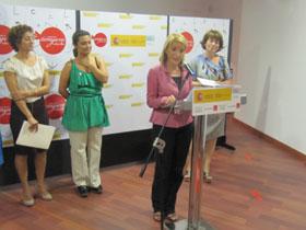 Chus Lago, Laura Seara y María Xosé Rodríguez Galdo escuchan la intervención de Teresa Blat.