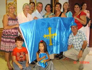 Herbigio Fernández Pino (1º der.) presidente de la Comunidad Asturiana de Holguín Covadonga, durante las celebraciones por el Día de Asturias.