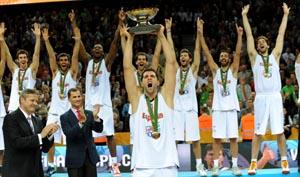 Felipe Reyes alza la copa de campeones de Europa.