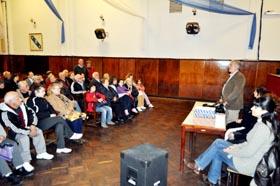 Manuel Barros explica a los beneficiarios cómo se desarrollará el viaje.