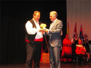 El secretario general de Servicios a la Ciudadanía, Atención Sanitaria y Social y Familias, Francisco Javier Fernández Perianes, recibiendo el premio.