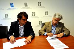 Calvo (izquierda) firma el convenio con el Hogar Español.