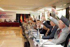 Los consejeros votan una de las propuestas.