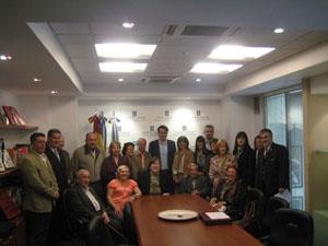 El presidente de la Diputación, Diego Calvo (centro), rodeado de los representantes de centros en Buenos Aires.
