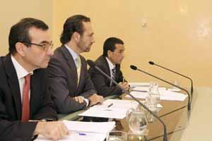 Bauzá, en el centro, presenta la reestructuración.