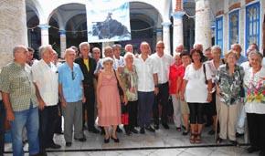 Santiago Camba con un grupo de presidentes de entidades gallegas a su en la Sociedad Cultural  'Rosalía de Castro' .