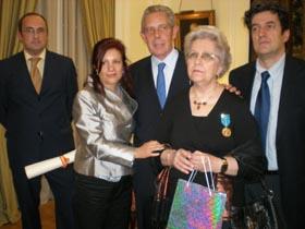 Pilar Pin, Rafael Estrella y la condecorada Elma Espisúa.