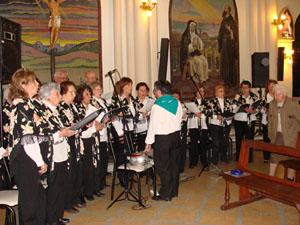 El coro 'Cantares' interpretando la 'Misa Extremeña'.