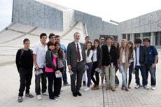 Roberto Varela con los jóvenes del Colegio Santiago Apóstol.