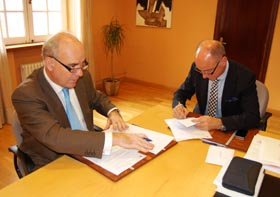 Alfonso Candau y Santiago Camba firmaron el convenio.