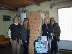 Integrantes del Centro Balear de Santa Fe haciendo entrega de las donaciones.