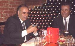 El ministro Lescano observa el siürell que le entregó Joan Gual.