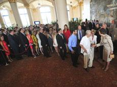 La Reina Doña Sofía saluda a los asistentes a la recepción en Miami.