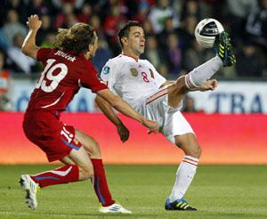 Xavi controla ante la presión de un jugador checo.
