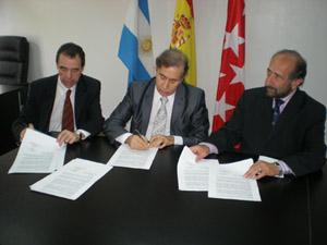García, Puebla y Raimondo firman el convenio de cooperaci—n en materia educativa.
