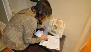 Una española en Montevideo prepara la documentación para votar en los comicios del pasado mayo.