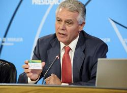 Francisco Menacho muestra el documento.