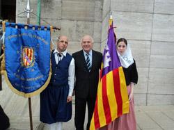 Dos isleños con el alcalde de Rosario, Miguel Lifschitz, en el Día de la Hispanidad.