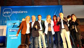 Feijóo y Santiago Camba con la ejecutiva del PP uruguayo, que preside Esperanza Romariz (centro).