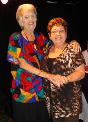 La asociada Secundina Fernández, que recibió el reconocimiento del  colectivo, con Regla Martínez.