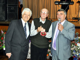 Antonio Pérez recibe la medalla de la entidad que le entregaron el secretario del Centro (i), Eduardo Alonso, y el presidente (d), Valentín Lopez.