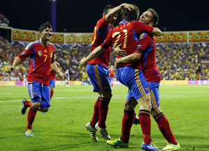 Silva celebra con sus compañeros uno de los tantos frente a Escocia.
