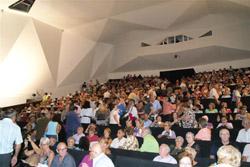 El público abarrotó el teatro.