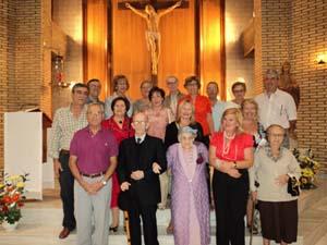 Los centenarios con miembros del coro.