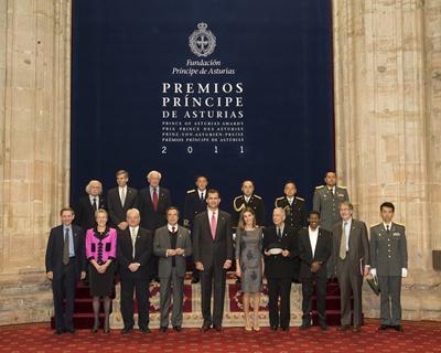 Don Felipe y doña Letizia junto a los galardonados con los Premios Príncipe de Asturias.