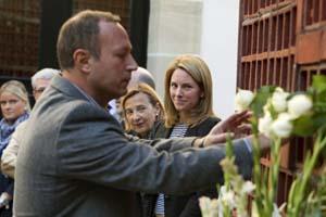 La presidenta del Parlamento vasco, Arantza Quiroga, observa cómo el parlamentario de Eusko Alkartasuna Juanjo Agirrezabala deposita una flor en el monumento con el que la Cámara homenajea a las víctimas del terrorismo.