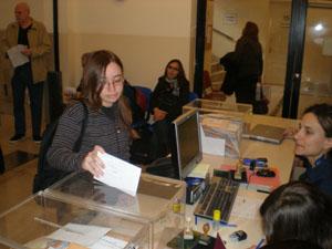 Una joven española votando en Buenos Aires en las pasadas elecciones autonómicas.