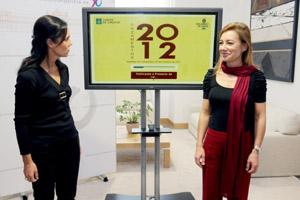 La presidenta del Parlamento de Galicia, Pilar Rojo (i), recibió el Proyecto de Presupuestos para la Comunidad Autónoma de manos de la conselleira de Facenda, Marta Fernández Currás.