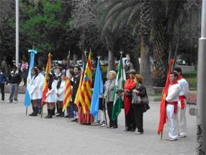 Los abanderados de cada región de diversas regiones de España.
