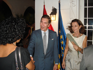 El embajador Manuel Cacho y su esposa recibieron a los invitados.
